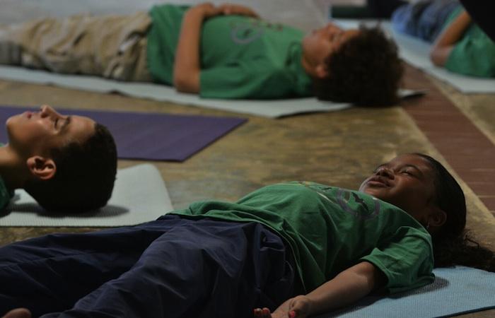 La primera actividad que realizaron los niños fue una clase de Yoga. (David Pérez/Diálogo)