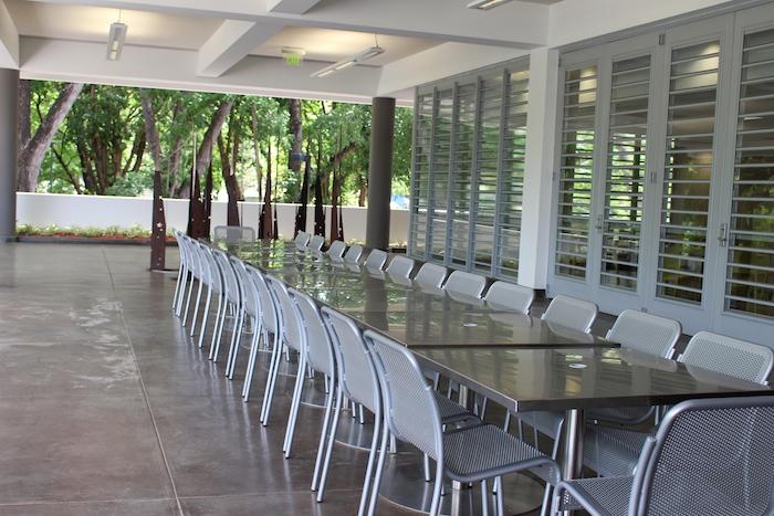 Áreas al aire libre donde la IUPICoop Café también servirá alimentos. (Michelle Estades)