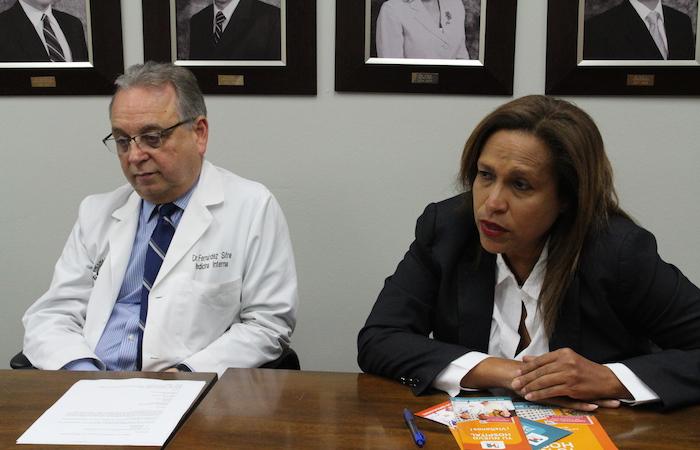 Carlos Fernández Sifre, director médico del Hospital UPR Carolina, y Diraida Maldonado, directora ejecutiva (Ronald Ávila / Diálogo)