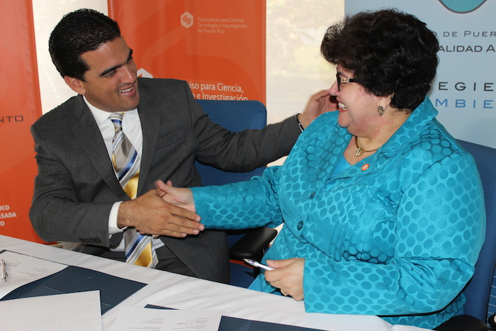 En la foto, el presidente de la JCA, Weldin Fernando Ortiz Franco, y la presidenta del FCTI, Luz A. Crespo, se dan la mano tras firmar el acuerdo de colaboración entre ambas entidades. (David Cordero Mercado / Diálogo)
