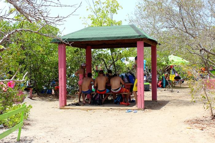 Varios gazebos con mesas están listos para recibir a los visitantes en Cayo Aurora. (David Cordero Mercado / Diálogo)