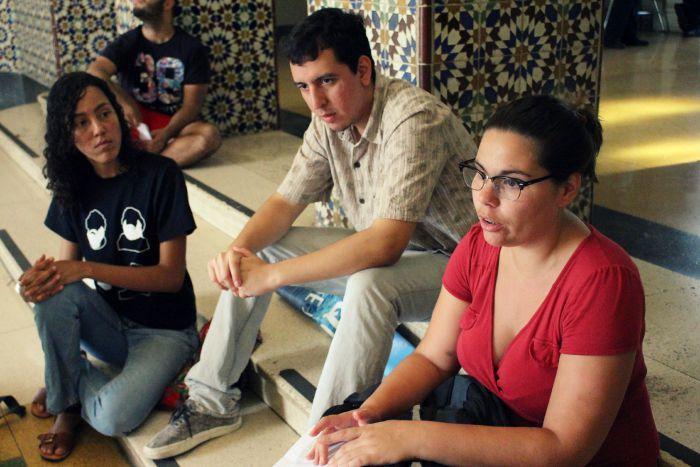 De izquierda a derecha, Rosa O'Conner, Flavio Lucas y Lourdes Álvarez, tres estudiantes que no saben dónde vivirán ni si podrán continuar sus estudios. (Ronald Ávila/Diálogo)