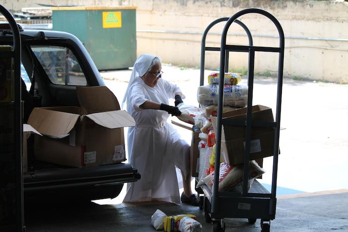 Líderes de agencias comunitarias visitan el Banco de Alimentos para buscar los productos que distribuirán a personas necesitadas. (Michelle Estades)