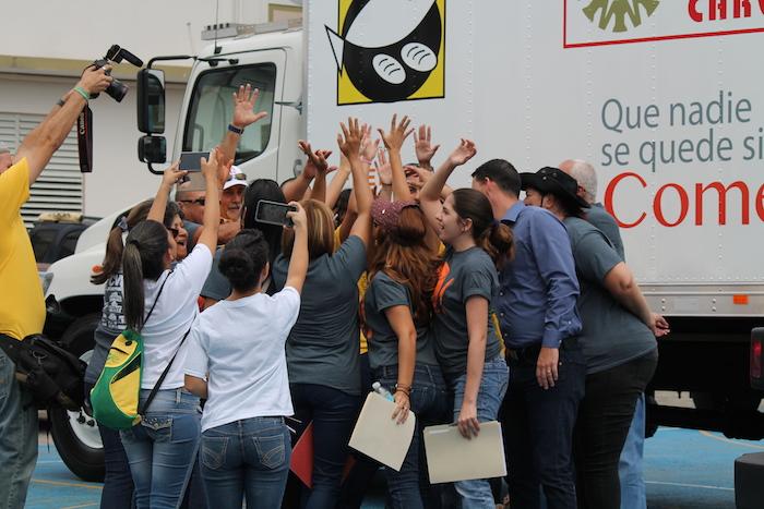 Miembros del Banco de Alimento antes de salir a repartir alimentos en Orocovis. (Michelle Estades)