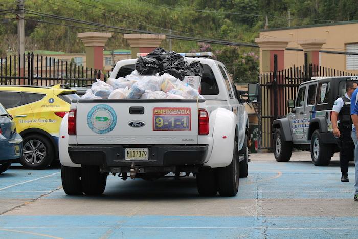 """""""Pick up"""" con las bolsas de alimentos para repartir. (Michelle Estades)"""