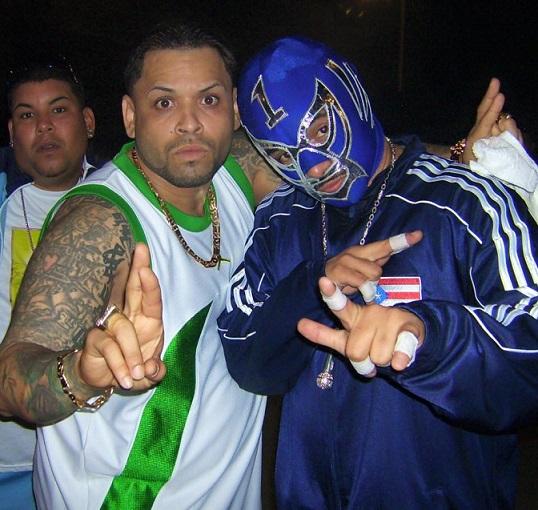 En la imagen, Mexicano posa con el rapero Tek One, en su personaje de El Invasor #1, durante la grabación de un episodio del programa de comedia La Crema, de Wapa TV, en 2007. (suministrada)