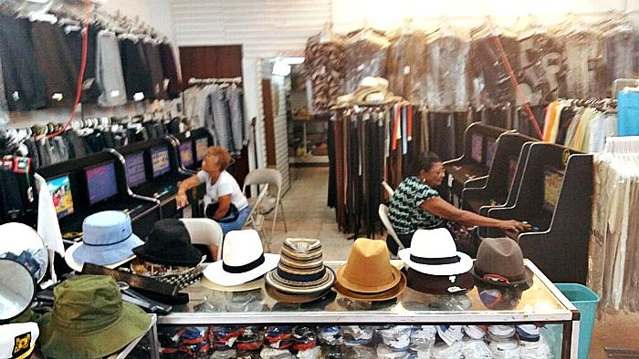 Hoy, hasta en las tiendas de ropa hay tragamonedas. Esta foto fue tomada en un local en Río Piedras. (Suministrada)