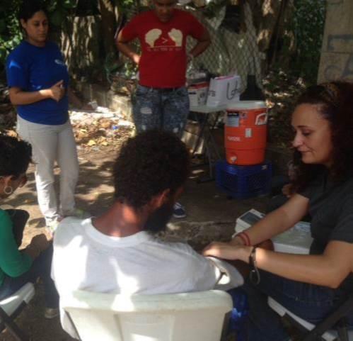 Zayas y otros voluntarios ayudaron a orientar a los usuarios de drogas. (Suministrada)