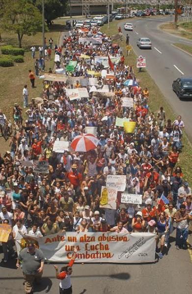 Marcha del 11 de abril de 2005 hacia el Jardín Botánico como parte de la huelga estudiantil en protesta contra el alza en el costo de la matrícula. (Ricardo Alcaraz/ Diálogo)