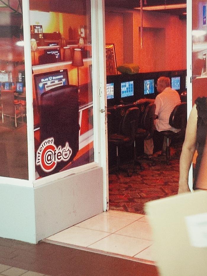 Desde afuera parecer ser un cyber café, mas cuando entras te das cuenta de que no es así. Se trata de otro mini casino de tragamonedas. (Juan Carlos Castillo/Diálogo)