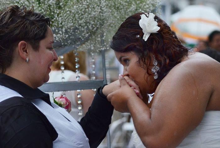 Bajo la lluvia, las parejas recién casadas continuaban disfrutando de su día y dándose muestras de amor. (Ricardo Alcaraz / Diálogo)