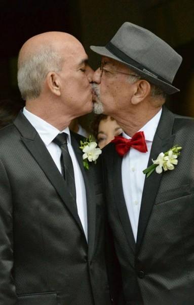 Como cualquier otra pareja, los recién casados sellaron el pacto matrimonial con un beso. (Ricardo Alcaraz / Diálogo)