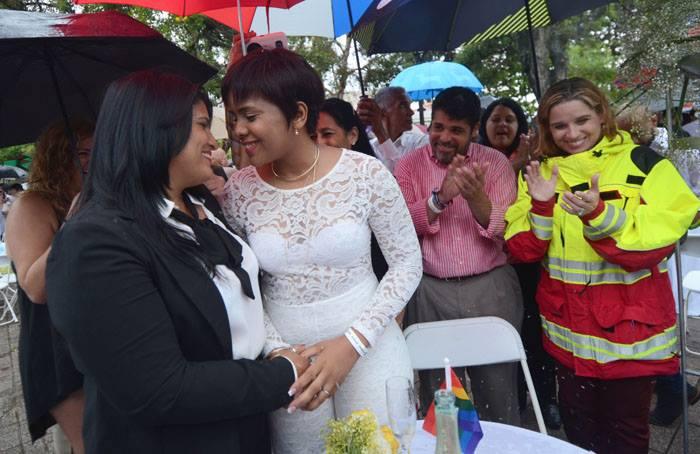 Varias figuras políticas se dieron cita en la primera boda masiva gay en Puerto Rico, entre ellas la alcaldesa de San Juan, Carmen Yulín Cruz y el representante Luis Vega Ramos. (Ricardo Alcaraz / Diálogo)