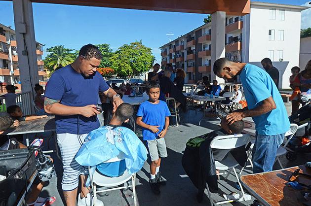 Decenas de niños se recortaron gratis ese día en Llorens. (Ricardo Alcaraz- Diálogo)