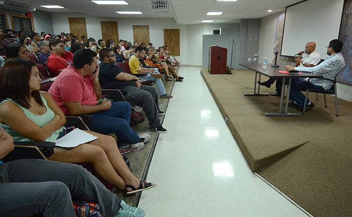 Estudiantes conversan con Miguel Zenón.