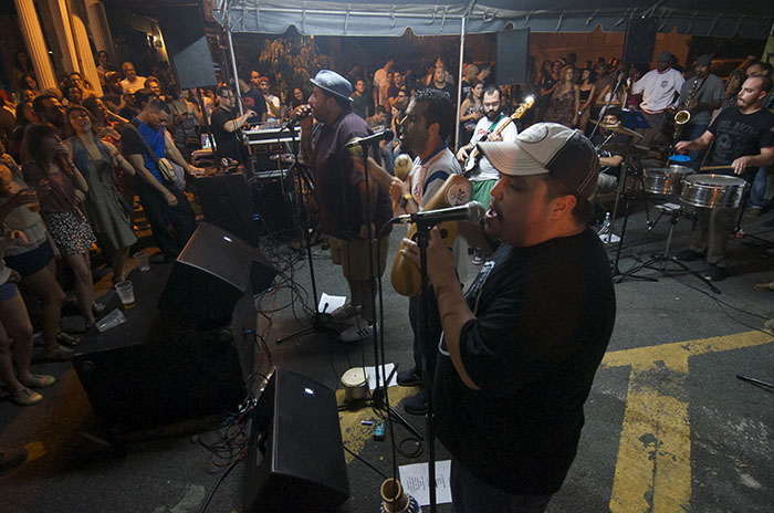 Orquesta El Macabeo tocando en El Boricua. (Ricardo Alcaraz/ Diálogo)