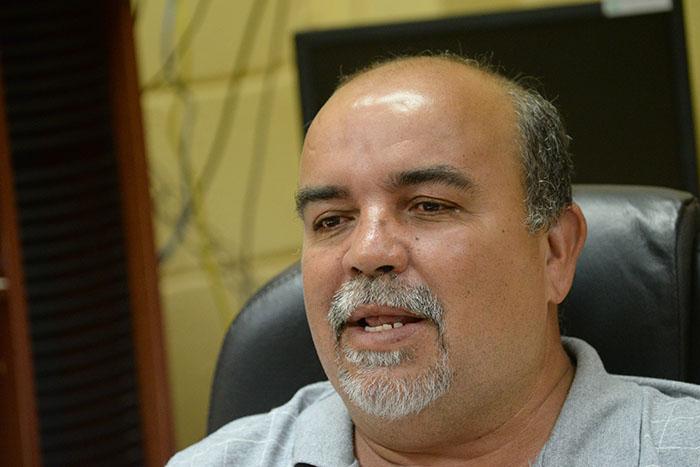 En la foto, el agrónomo Manuel Díaz, administrador de la EEA en Gurabo. (Ricardo Alcaraz / Diálogo)