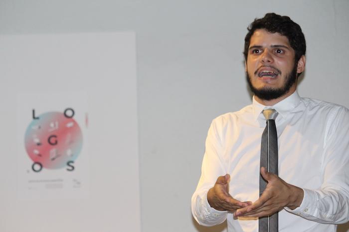 """Gustavo Antonio Casalduc durante la presentación de """"Logos"""" en la UPR en Río Piedras. (Cristian Arroyo / Diálogo)"""