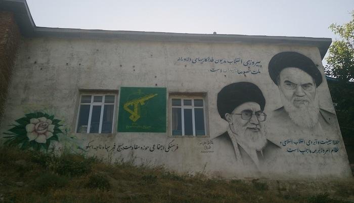 El ayatolá Jamenei [izquierda] y el ayatolá Jomeini [derecha], presentes en cada rincón de Irán (Jaime Gárate)