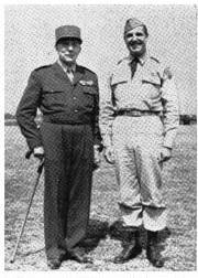 Booth junto al General francés Jean de Lattre de Tassigny en Indochina. (tomada de: Princeton Alumni Weekly, Vol. LII, October 5, 1951, No. 2, p. 19.)