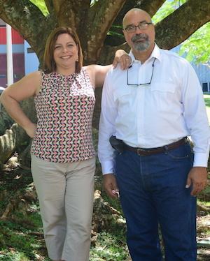 La profesora Marla Pérez y el profesor Cecilio Ortiz, ambos del recinto de Mayagüez de la UPR, presentaron al presidente de la UPR, el doctor Uroyoán Walker Ramos, su propuesta sobre el Instiuto Nacional de Energía y Sostenibilidad Isleña. (Prensa UPR Mayagüez)