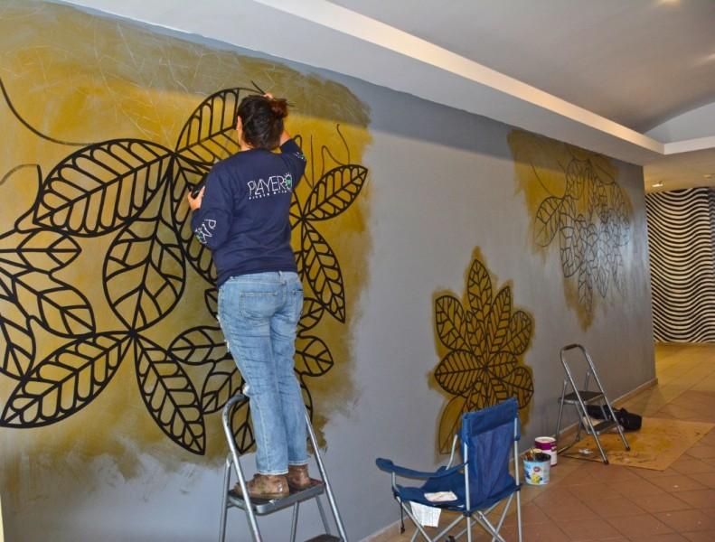 """Verónica Rivera pinta su mural: """"En brote"""". (Suministrada)"""
