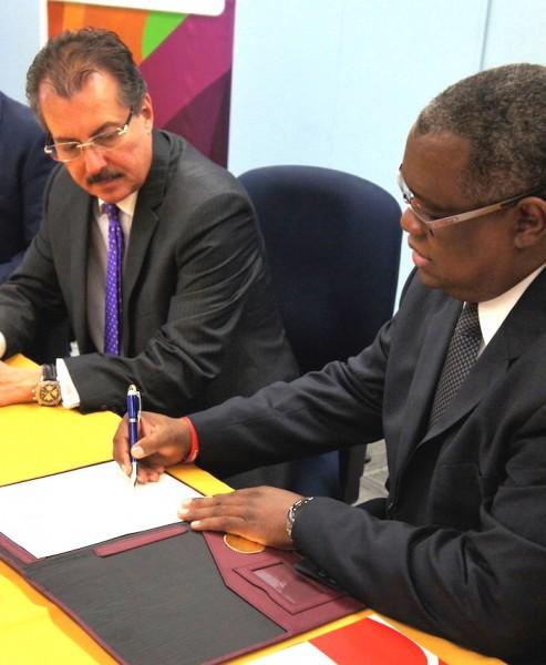 El doctor Carlos Severino, rector del Recinto de Río Piedras de la UPR, firma el acuerdo colaborativo con el Departamento de Hacienda. (David Cordero Mercado / Diálogo)
