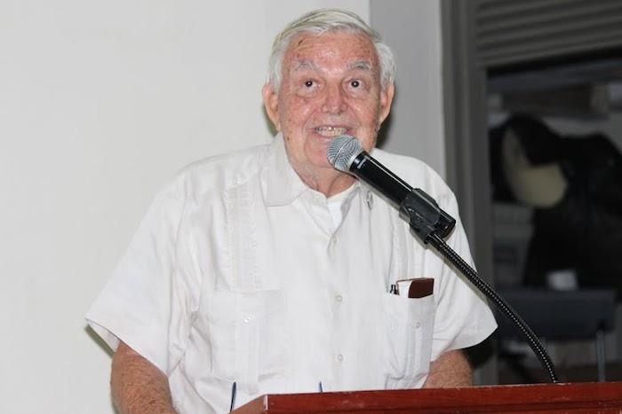 El doctor Picó, de muy buen ánimo, contestó preguntas y bromeó con el público durante su mensaje de agradecimiento. (Cristian Arroyo / Diálogo)