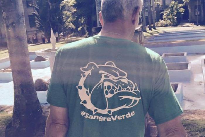 El rector del RUM, John Fernández Van Cleve, rumbo a las labores con la camiseta emblemática de la sangre verde, la misma que se usará de pase para el Green Pass Generations and Food Truck el 26 de septiembre. (Suministrada)