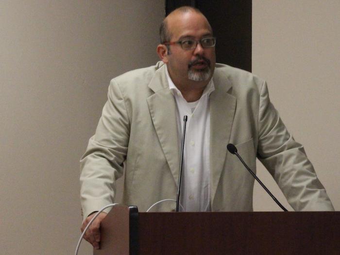 En la foto, el profesor Charles Venator, durante su visita a la Universidad de Puerto Rico (UPR), Recinto de Río Piedras. (Ronald Ávila / Diálogo)