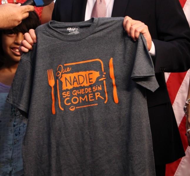 """Camisa de la campaña """"Que nadie se quede sin comer""""."""