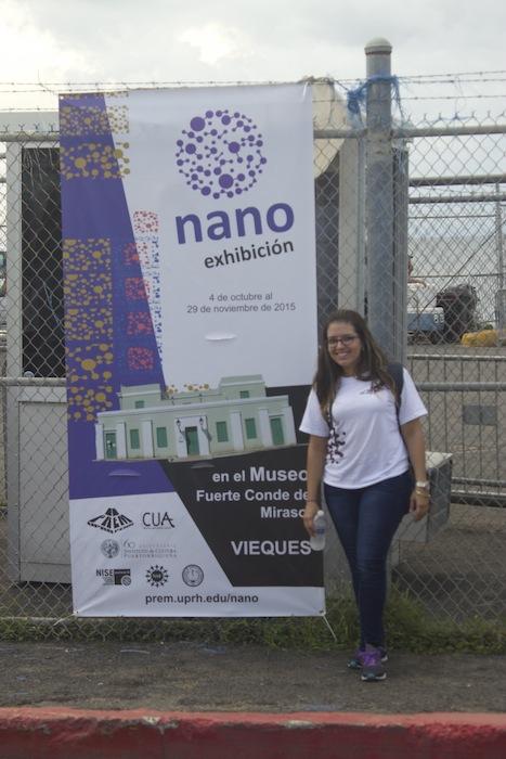Estudiante de la UPRH junto a la promoción del evento. (Suministrada)