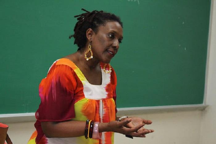 En la foto, Mayra Santos escritora puertorriqueña. (Ivana Alonso / Diálogo)