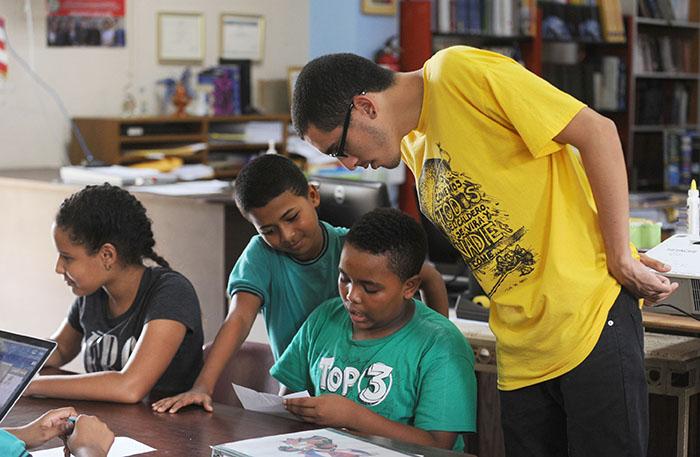El rapero Vladimir Pérez ofreció - junto a Javier Córdova - un taller a los estudiantes de la escuela intermedia José Celso Barbosa. (Ricardo Alcaraz/Diálogo)