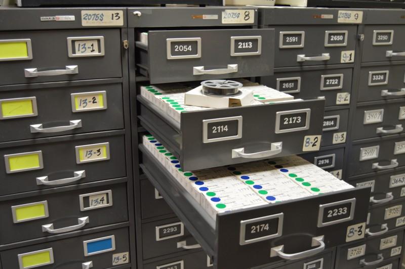 Los expedientes también son microfirmados para salvaguardar la información. (Deborah A. Rodríguez / Diálogo UPR)