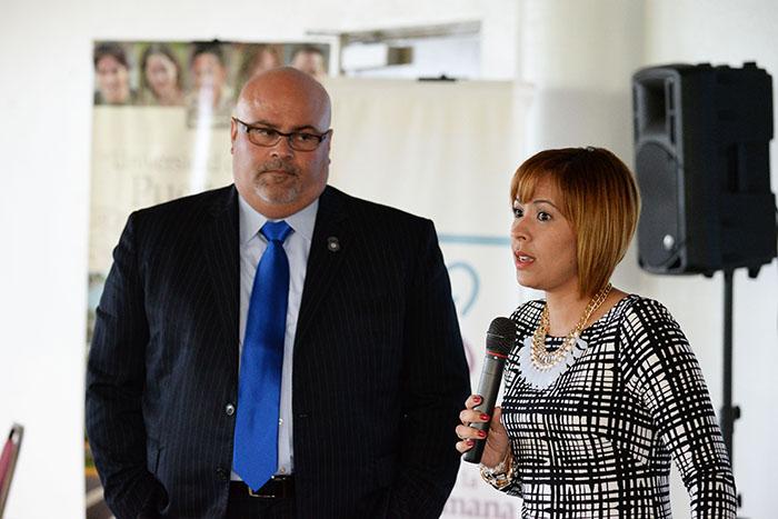 Agente Ángel Meléndez y la profesora Karla González.
