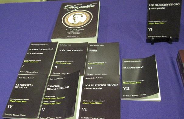 Libros para la venta del orador de la conferencia. (Antonella Vega / Diálogo)
