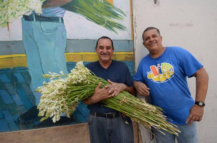 Don Saúl posa junto a Leo Ortiz, el Cangri, barrendero del Viejo San Juan. (Diálogo / Ricardo Alcaraz)