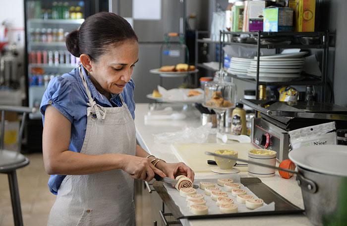 Carmen, cuñada de Fabián, también es parte de la confección de la oferta de postres y dulces que prepara en el café. (Ricardo Alcaraz/Diálogo)