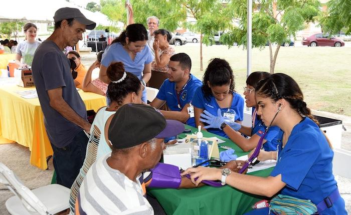 Estudiantes de tercer año de la Escuela de Enfermería también colaboraron en la Feria de Salud.(Suministrada)