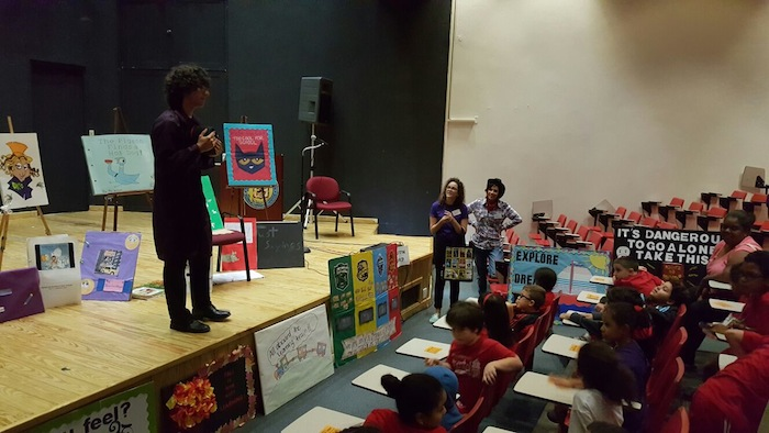 Alumnos del Departamento de Educación de la UPR compartes con estudiantes. (Suministrada)
