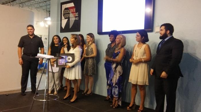 Los estudiantes del grupo pro bono VIVID, junto a la portavoz (centro), Karla Montañez y el videógrafo de El Maltrato No Tiene Excusas(izquierda), Carlos Diaz. (Estefanía Montañez- Diálogo)