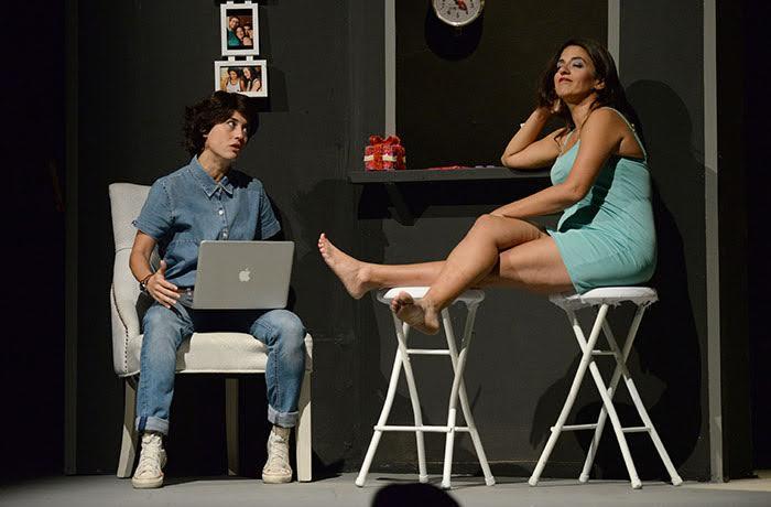 Marisé Álvarez (izquierda) y Lucienne Hernández (derecha) en la noche de estreno de Una Navidad Sin Nieve. (Ricardo Alcaraz/Diálogo)