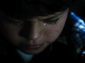 Clark Kent, personaje que encarna a Superman, llora dentro de un armario luego de un ataque de hipersensibilidad sensorial. (Suministrada)
