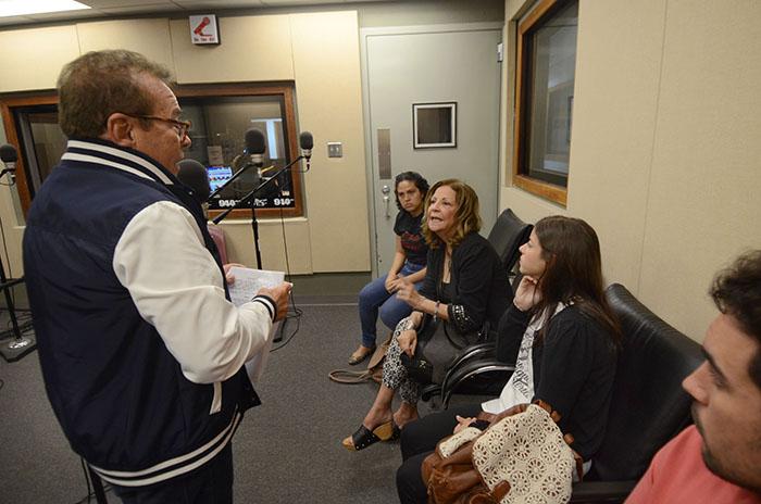El profesor y director Dean Zayas conversa con la actriz Martita Martínez, en la cabina de grabación junto a los actores del Rodante. (Ricardo Alcaraz/Diálogo)