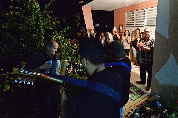 La familia de Doña Ruba recibe la parranda de los trovadores en su balcón. (Ricardo Alcaraz/Diálogo)
