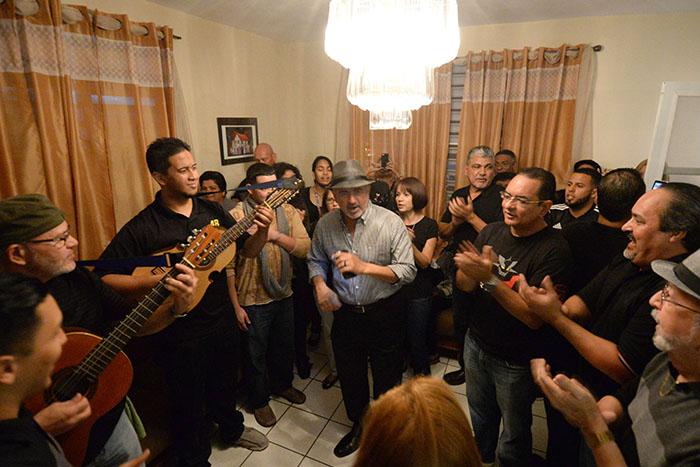 Los parranderos amenizan con un contagioso seis chorreao en la sala de la casa de Doña Ruba. (Ricardo Alcaraz/Diálogo)