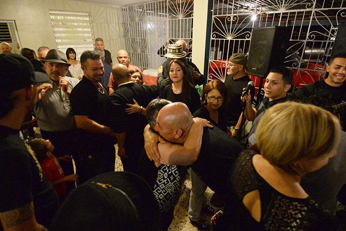 En casa de Doña Carmen, los parranderos llegan y son bienvenidos entre abrazos y más aguinaldos. (Ricardo Alcaraz/Diálogo)