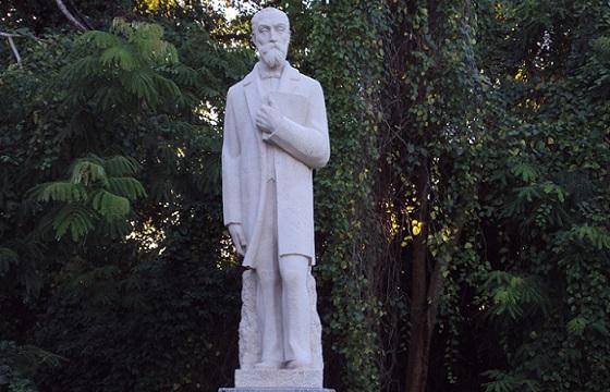 Imagen de la estatua que ubica en la tumba de Hostos, en el Panteón Nacional Dominicano. (http://culturasreligionescreencias.blogspot.com)