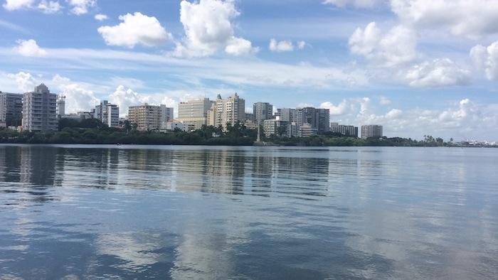 Según el ingeniero César A. Carrero cuando se inunda por la Laguna, hay reflujo de alcantarillas sanitarias y descargas que están ilegalmente conectadas, tanto en Miramar como en Condado. (Foto por: Desireé Molina Ortega)